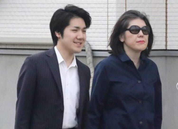 小室圭と歩く母親
